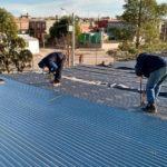 El Ministerio de Infraestructura trabaja en el arreglo del techo de la Escuela N° 7707 de Puerto Madryn que se voló tras el temporal